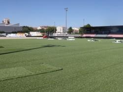 El camp de futbol municipal de Tàrrega ja llueix la nova gespa artificial.