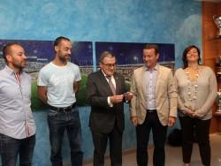 L'alcalde Àngel Ros recull el carnet de soci del Lleida Esportiu.